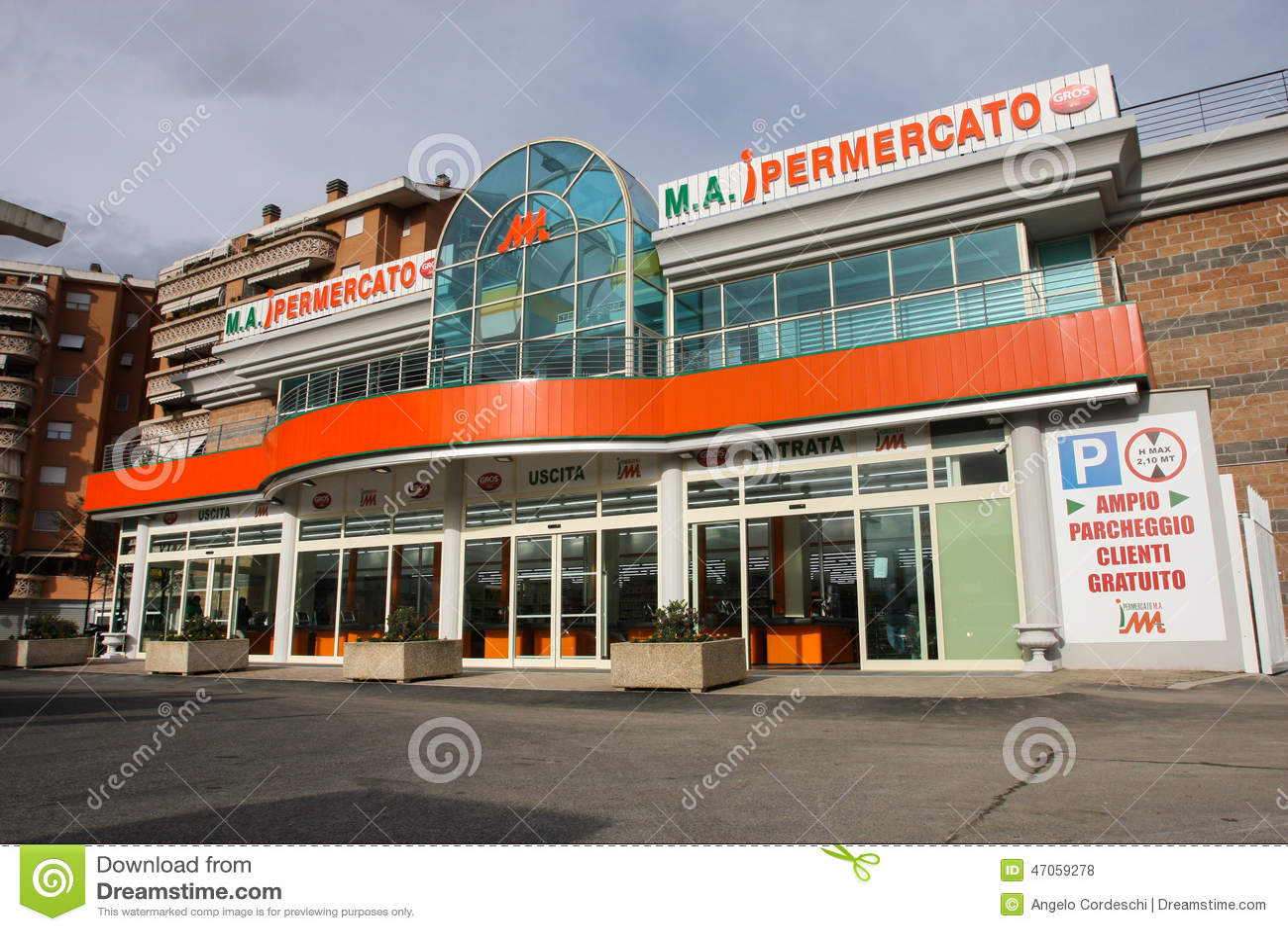 Um supermercado brandnew Fachada exterior Indicadores velhos bonitos em Roma (Italy)