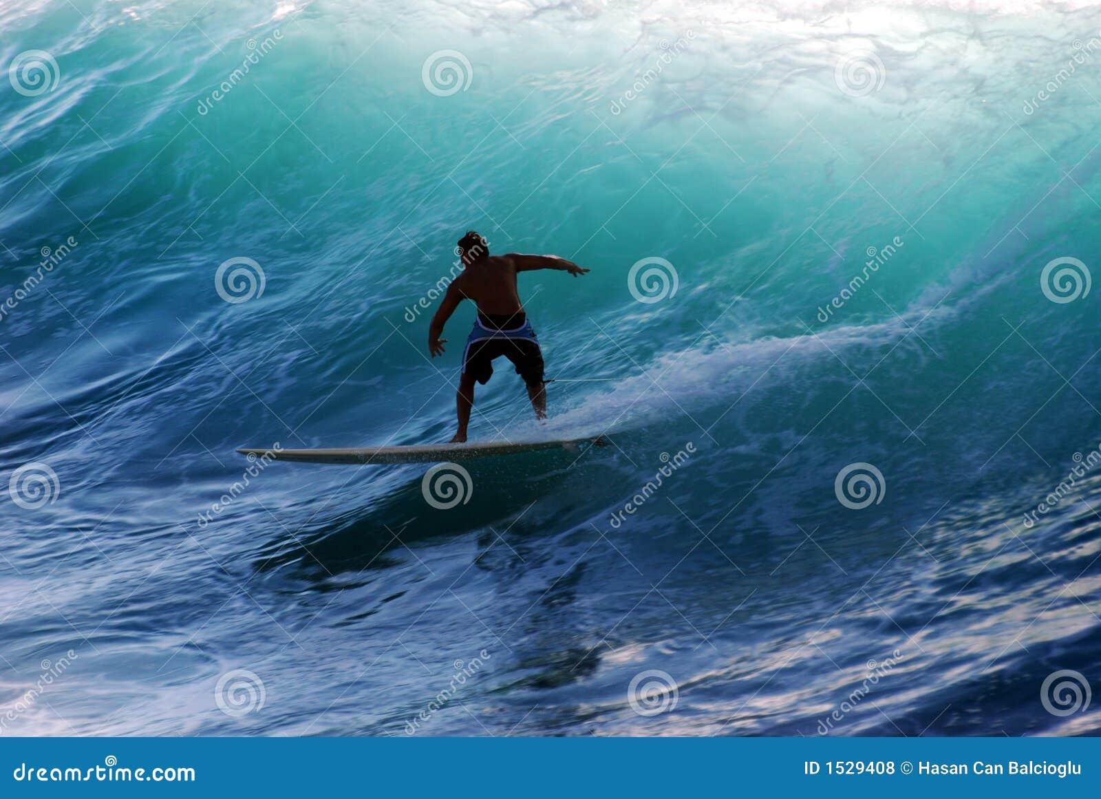 Um surfista que monta a onda
