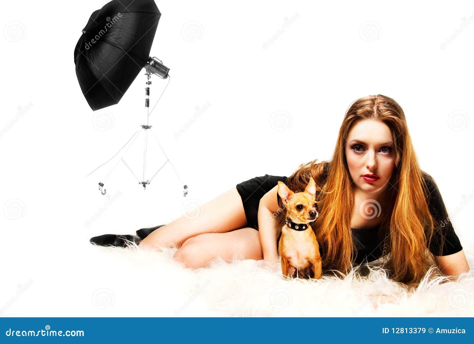 Um terrier da menina e de brinquedo
