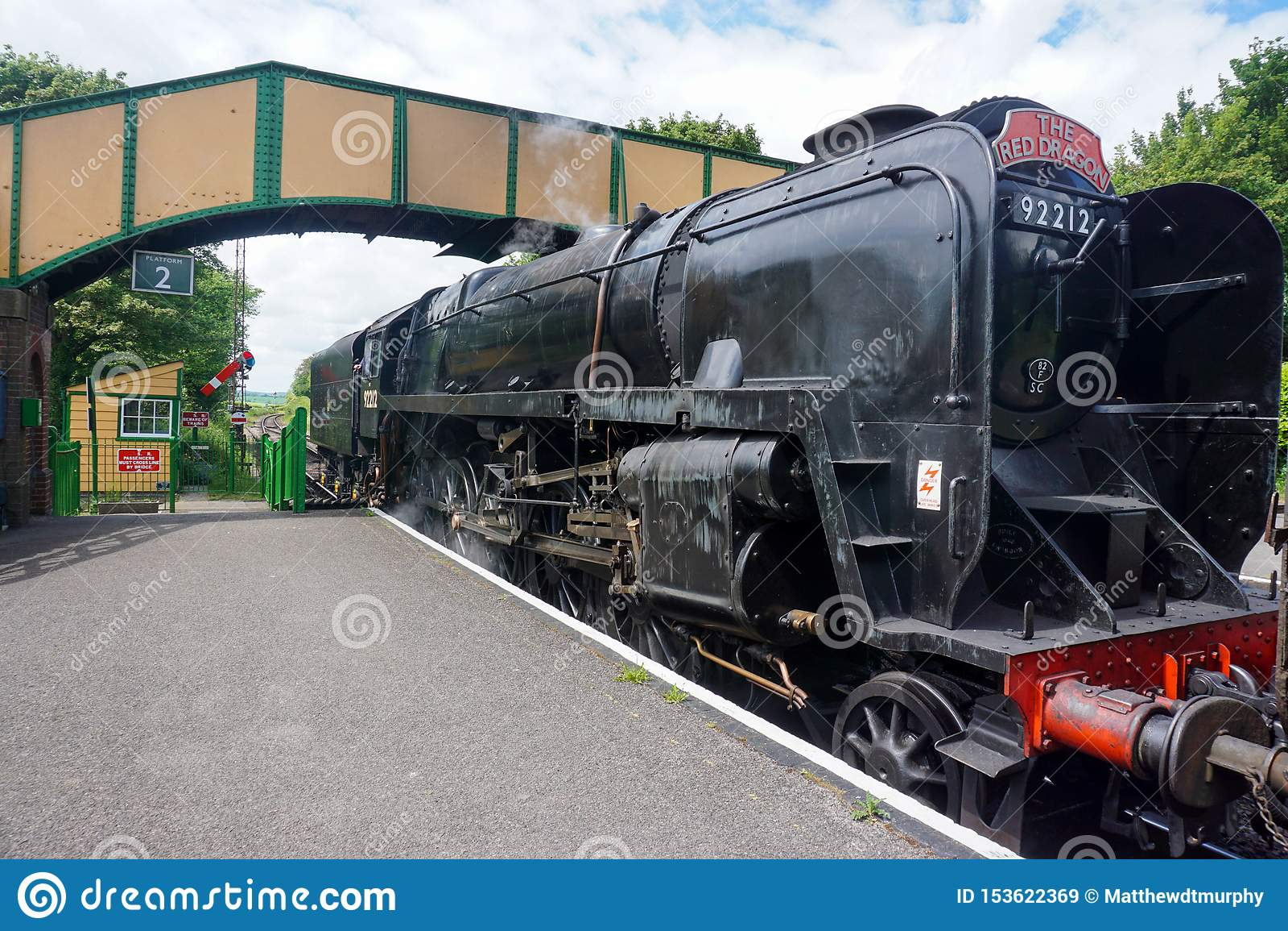 Um trem como incorpora uma estação na estrada de ferro meados de do vapor de Hants