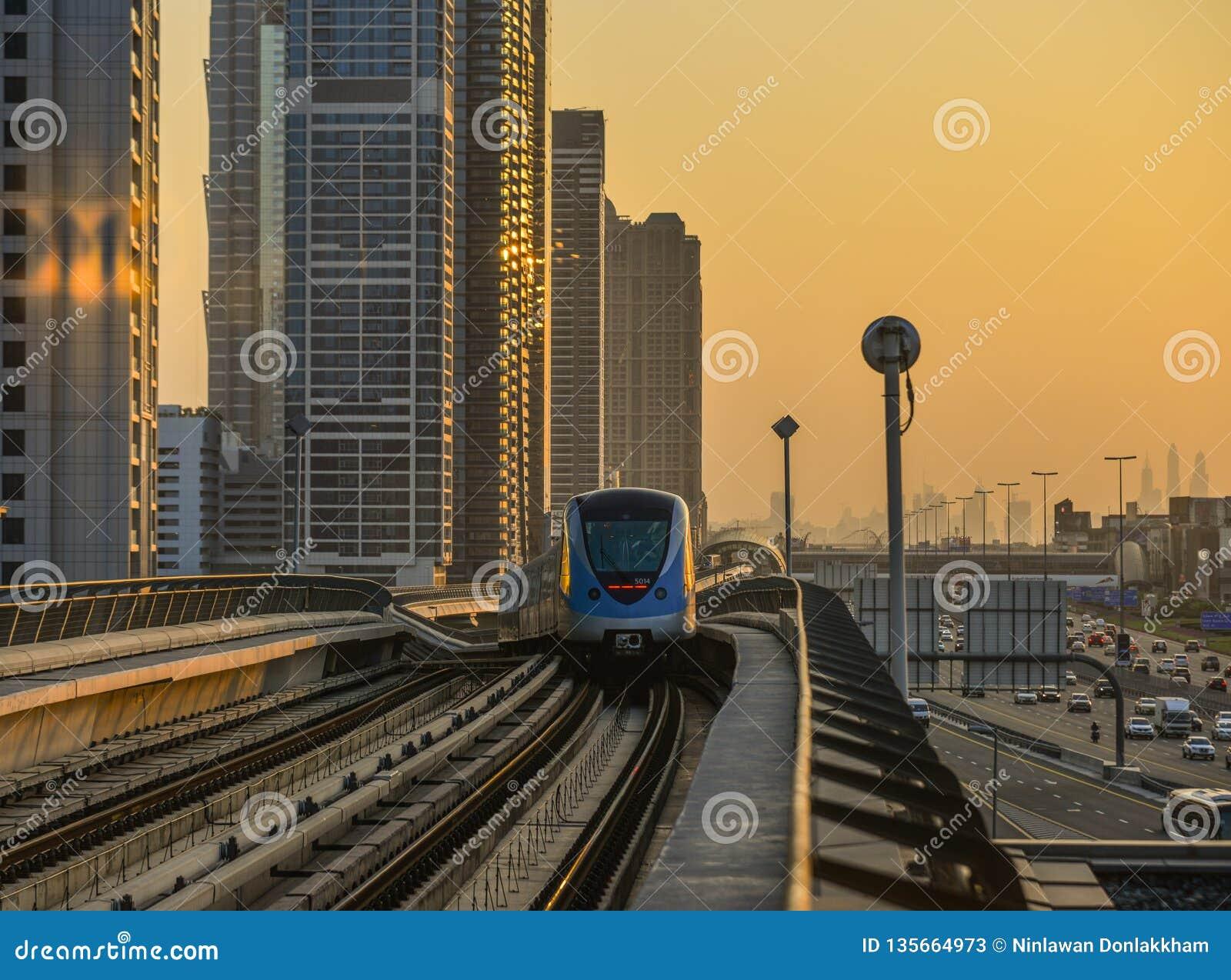Um trem do metro que corre na trilha no por do sol