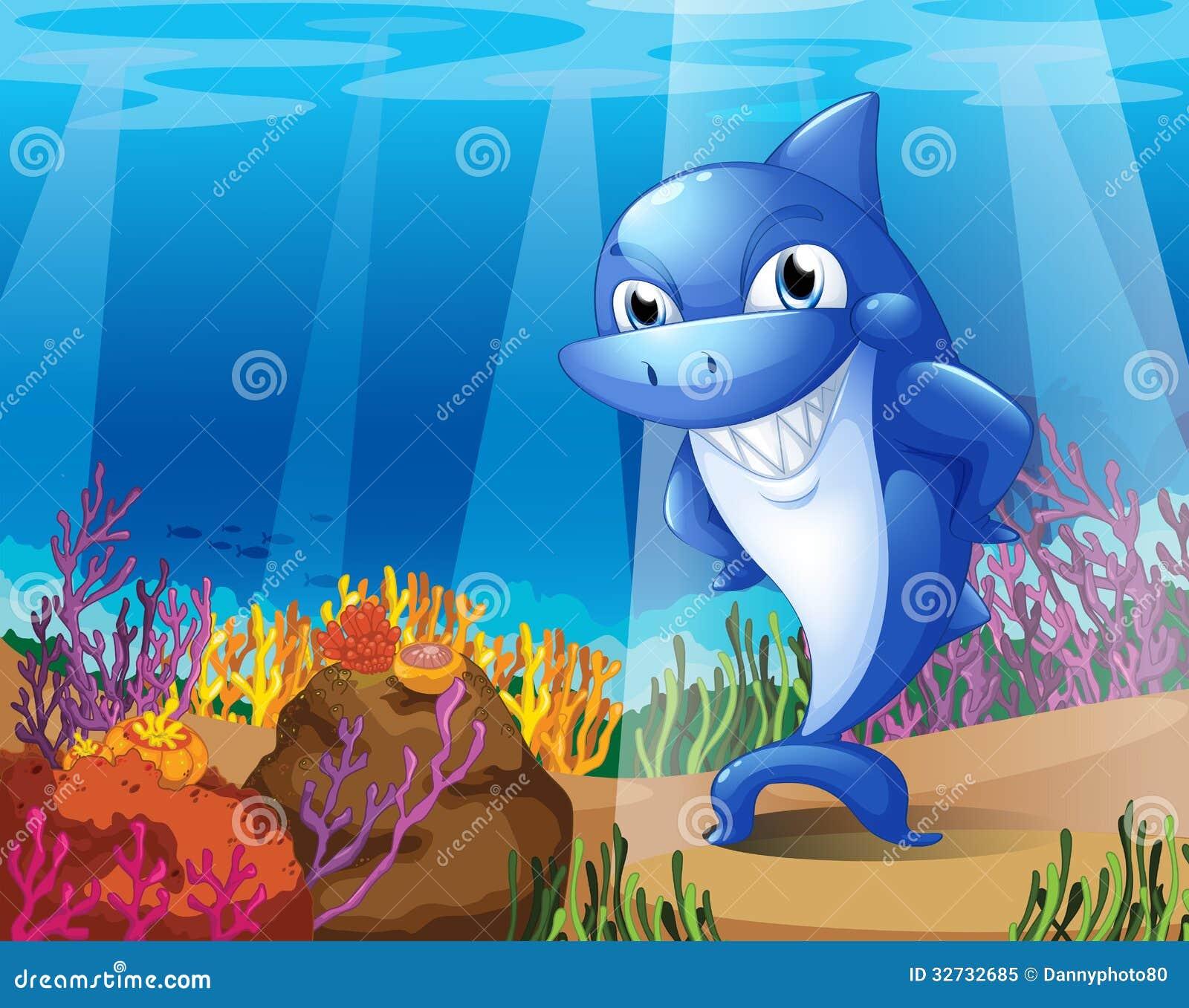 Um tubarão azul assustador sob o mar