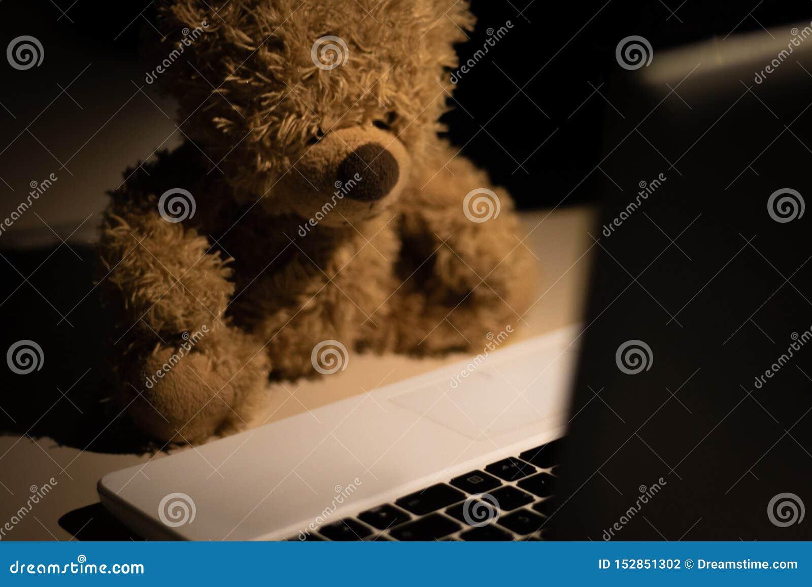 Um urso de peluche bonito e moderno