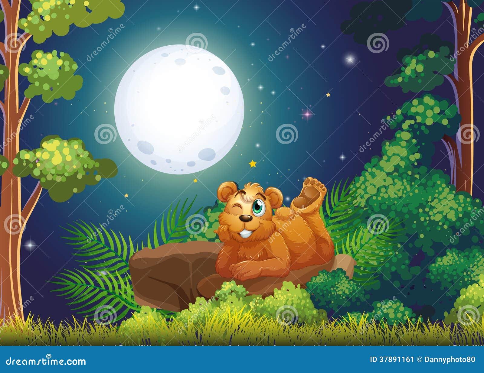 Um urso que encontra-se acima da rocha no meio da floresta