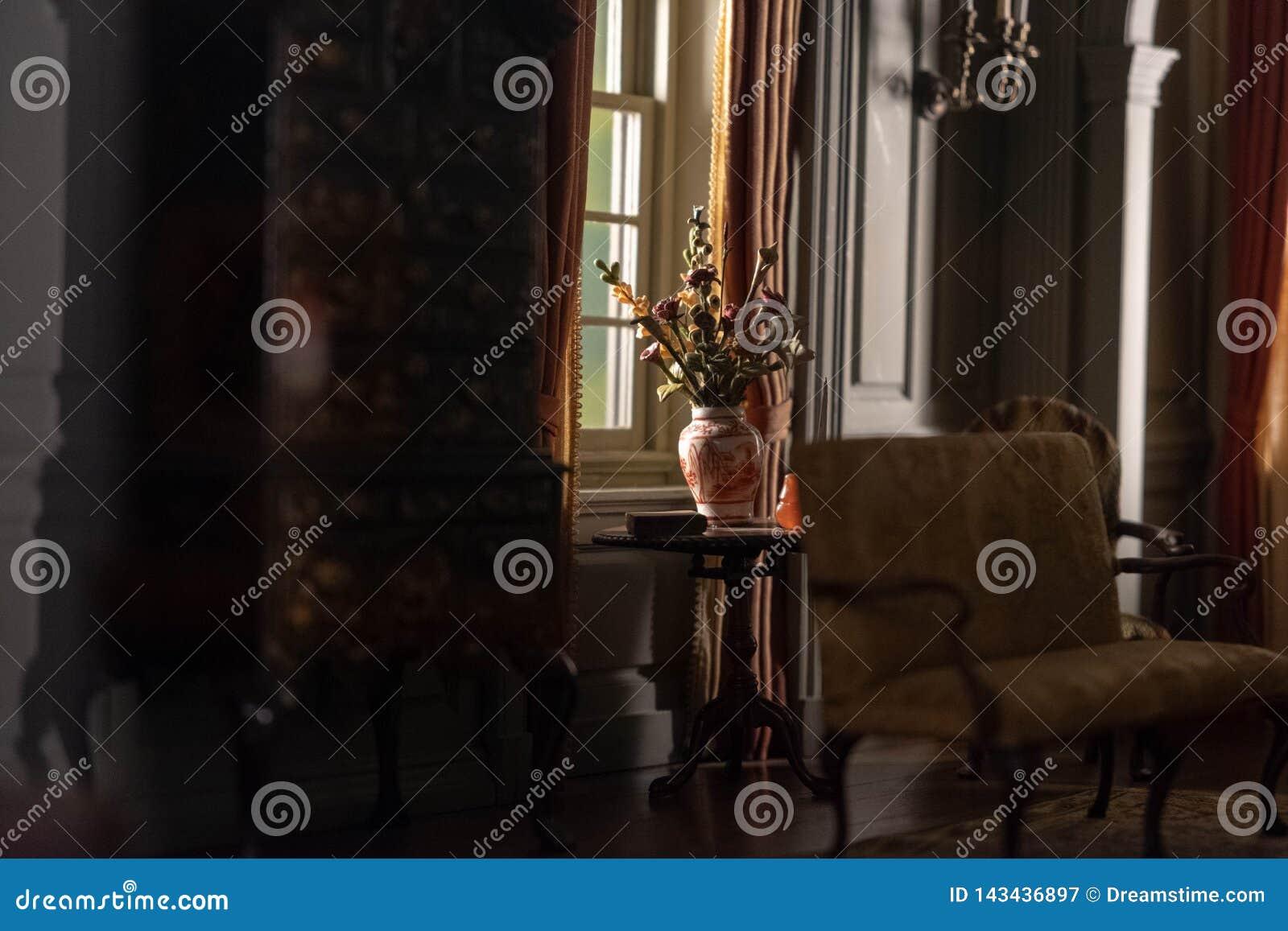 Um vaso na janela de uma casa modelo colonial do vintage