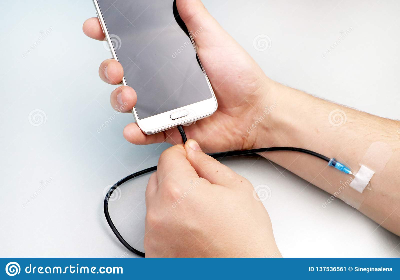 Um viciado da tecnologia O conceito da dependência no smartphone, telefone