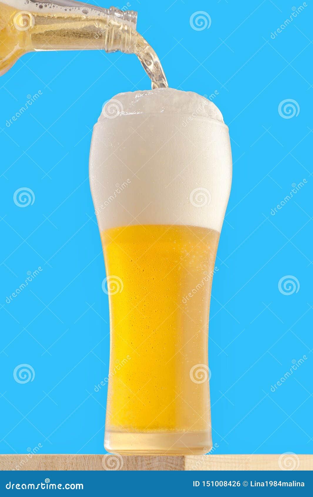 Um vidro alto com uma cerveja refrigerada clara