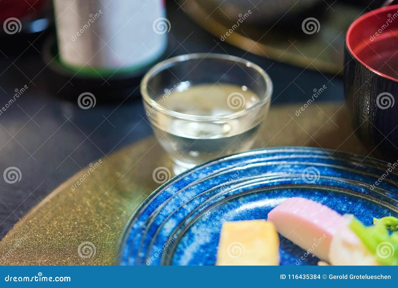 Um vidro com causa na tabela, Tóquio, Japão Close-up