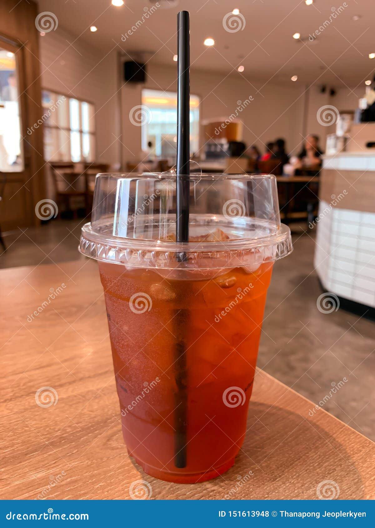 Um vidro do chá do limão no fundo da tabela