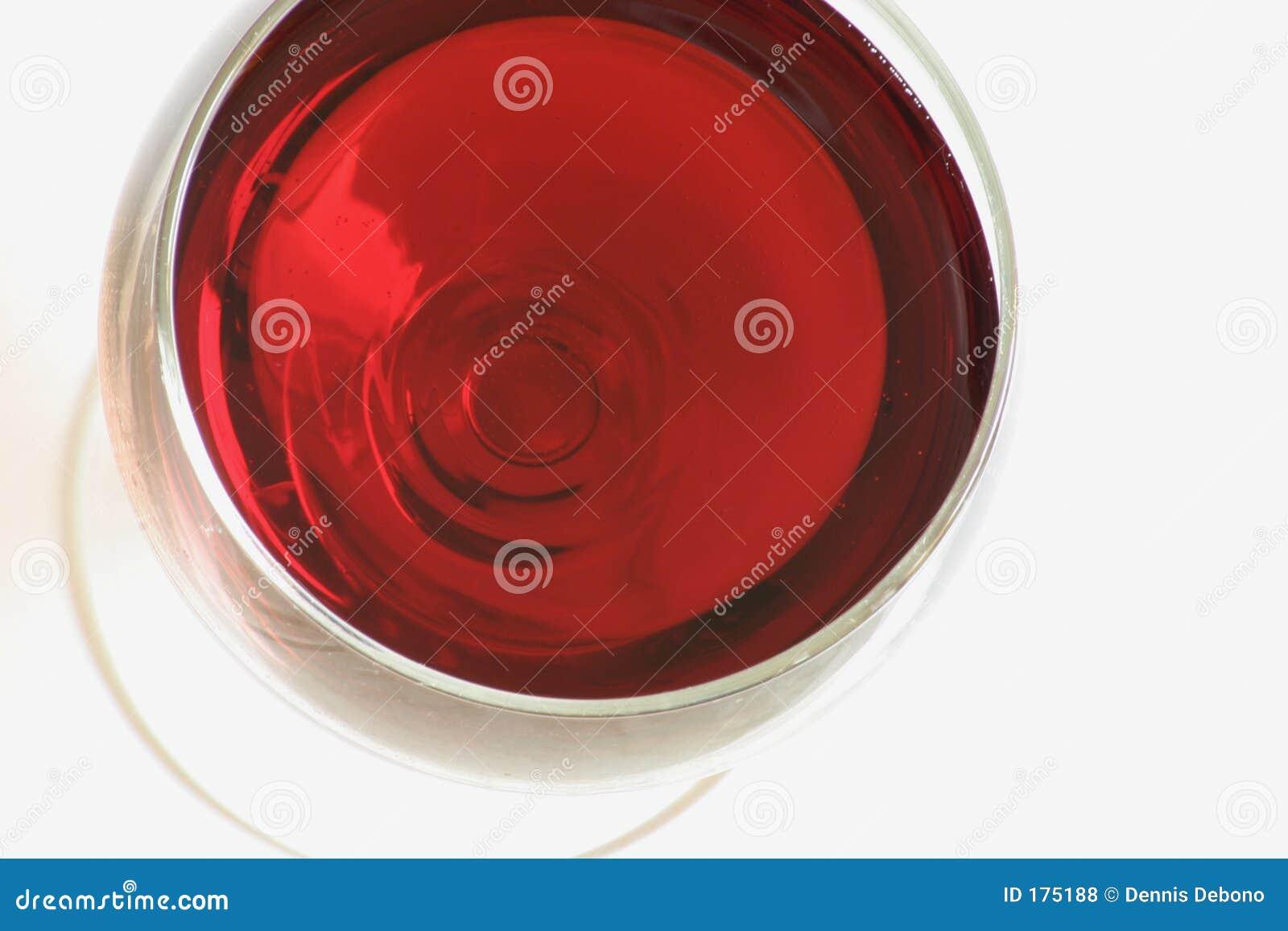 Um vidro do vinho vermelho