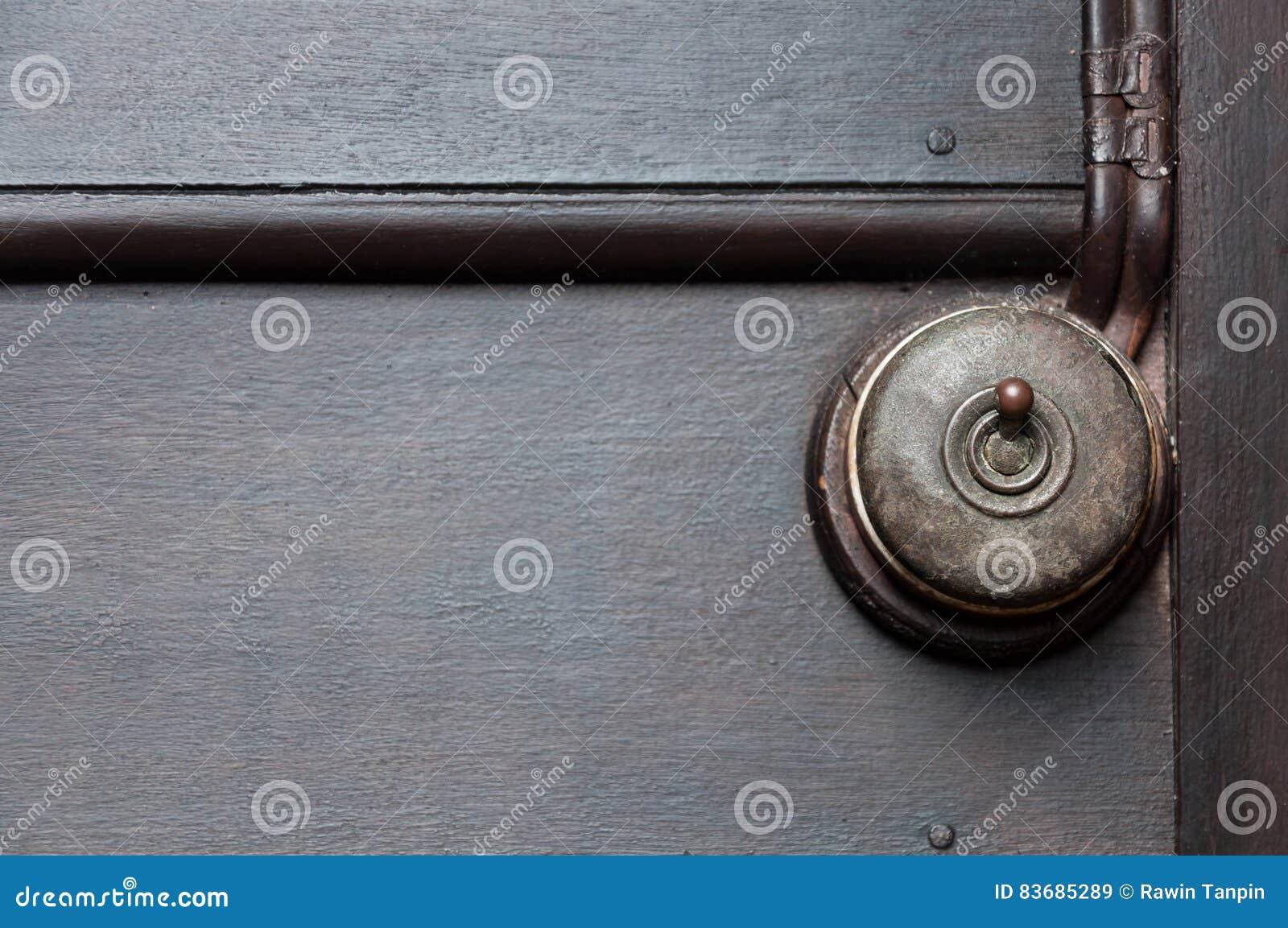 Um vintage pôs o interruptor da luz sobre a parede interior de madeira