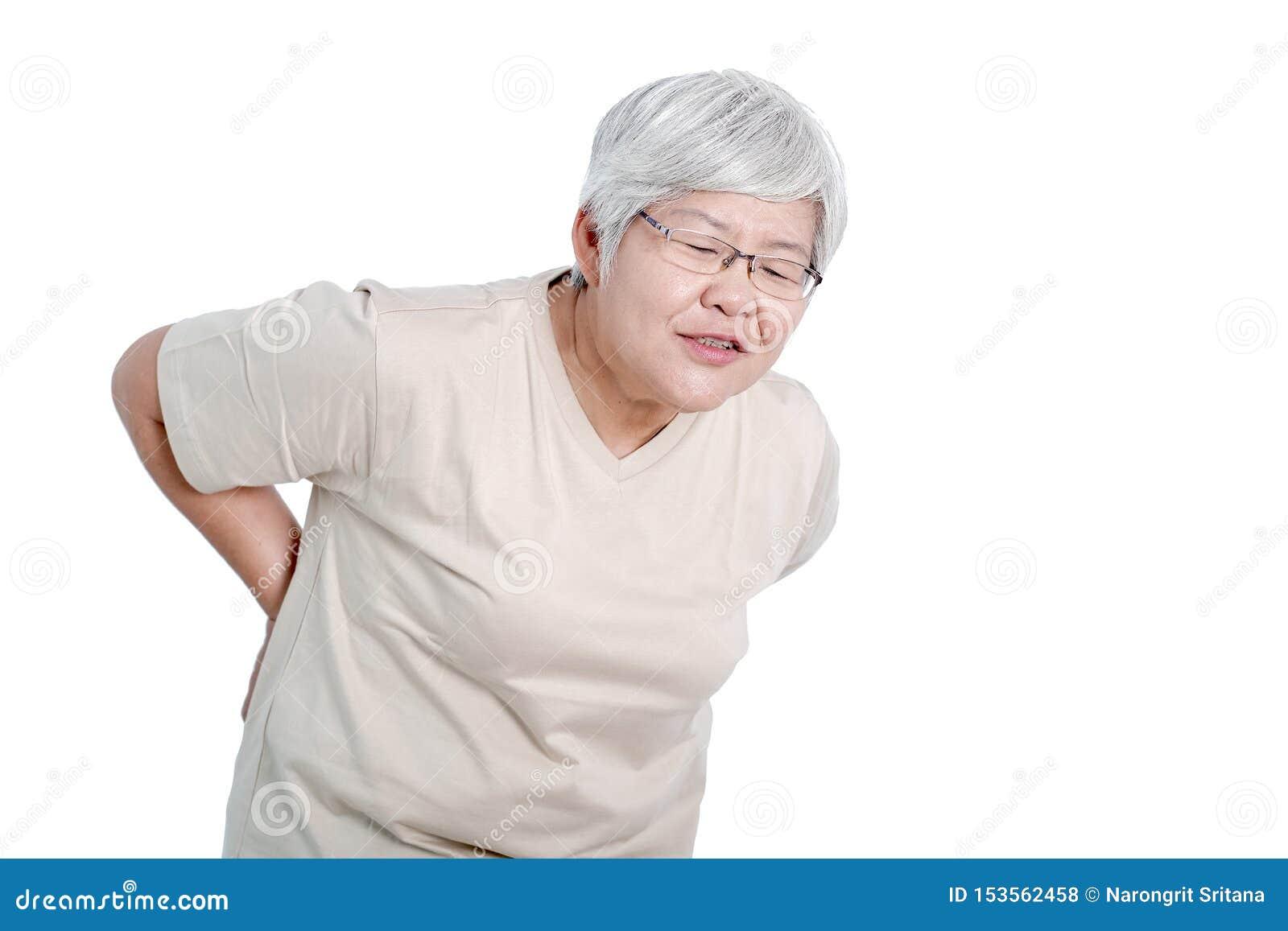 Uma ação expressa da mulher idosa asiática da dor nas costas e do isolado no fundo branco
