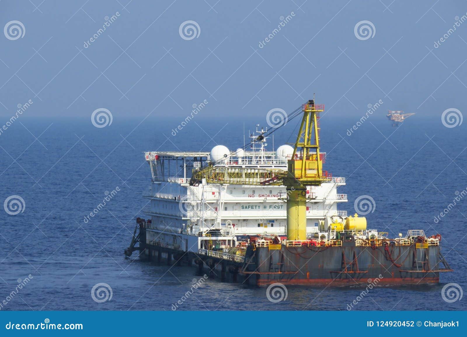 Uma acomodação e um trabalho a pouca distância do mar típicos barge dentro a indústria de petróleo e gás