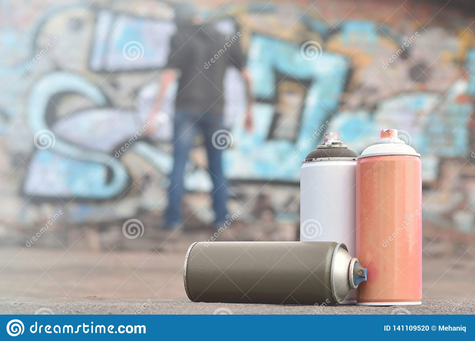 Uma ainda-vida de diversas latas usadas da pintura do agai diferente das cores