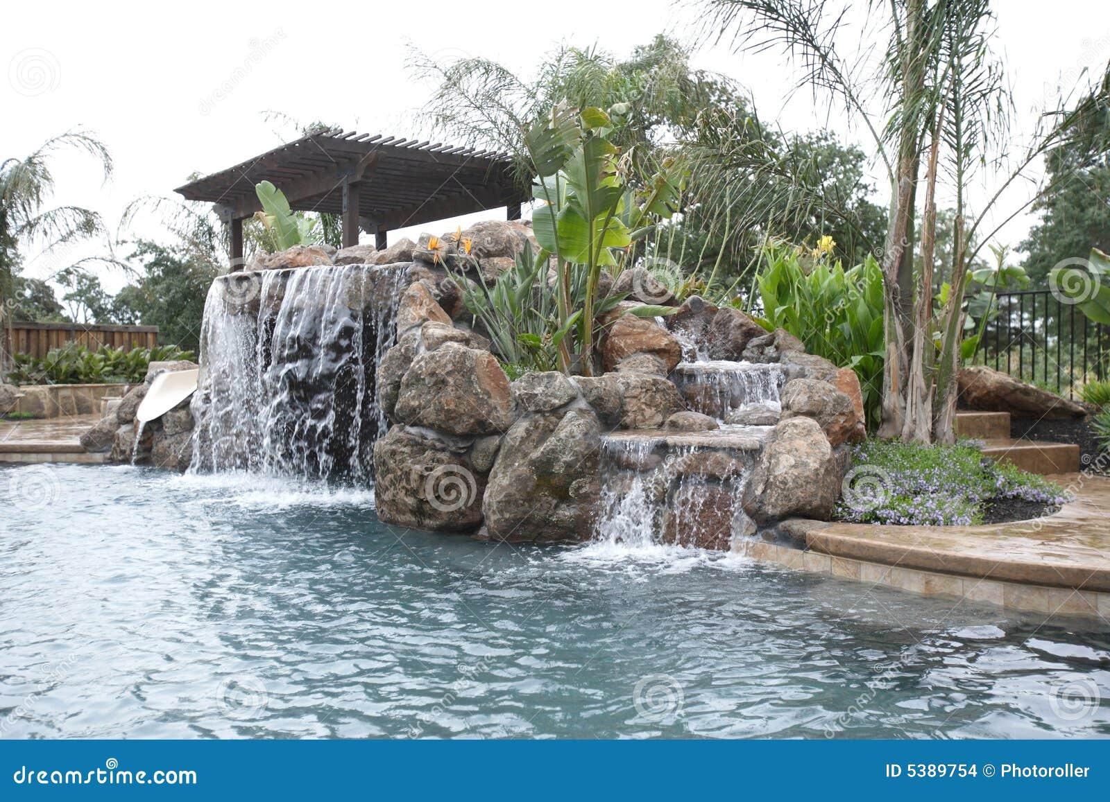 Uma associação com uma cachoeira em um quintal luxuoso