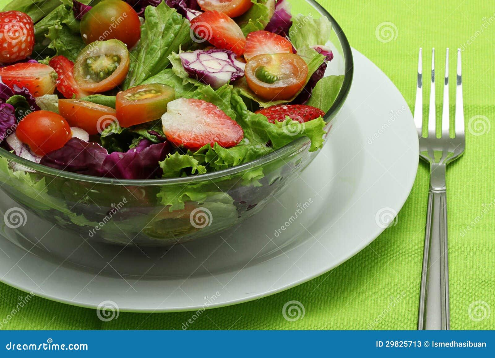Salada dos vegetais, na terra da parte traseira do verde