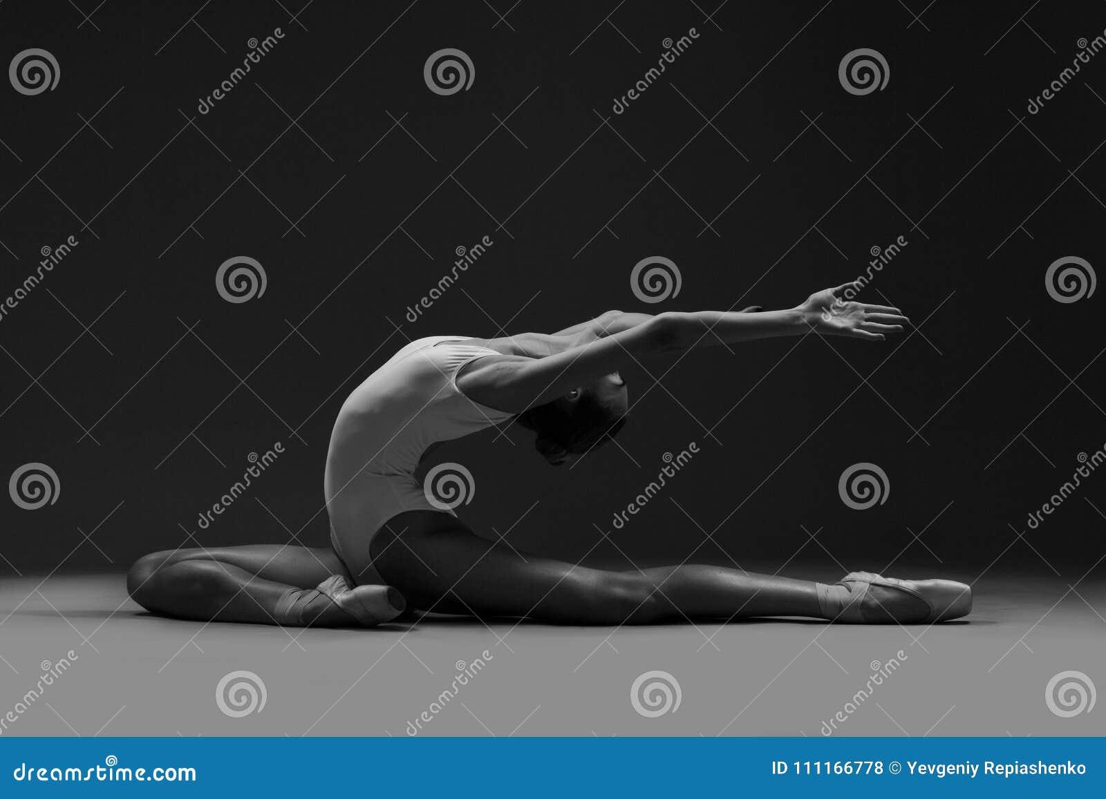 Uma bailarina faz belamente o esticão