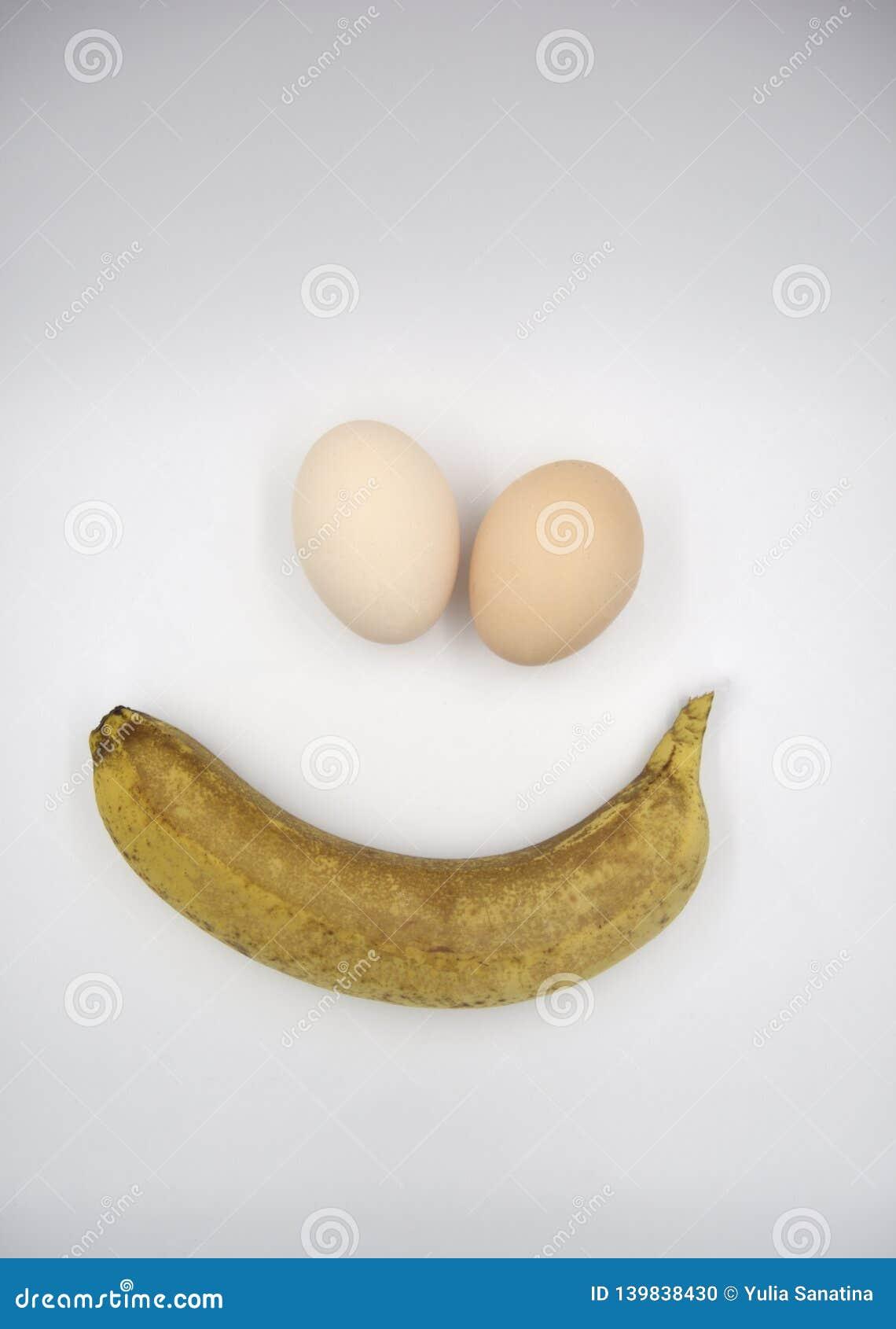 Uma banana e dois ovos marrons
