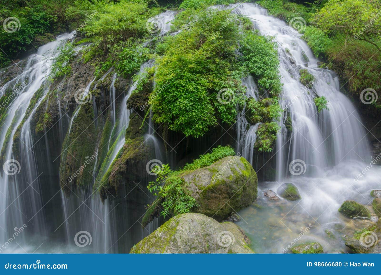 Uma cachoeira pequena