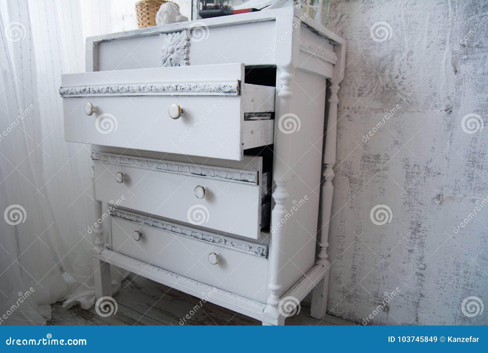 Uma caixa das senhoras de gavetas branca pintada velha