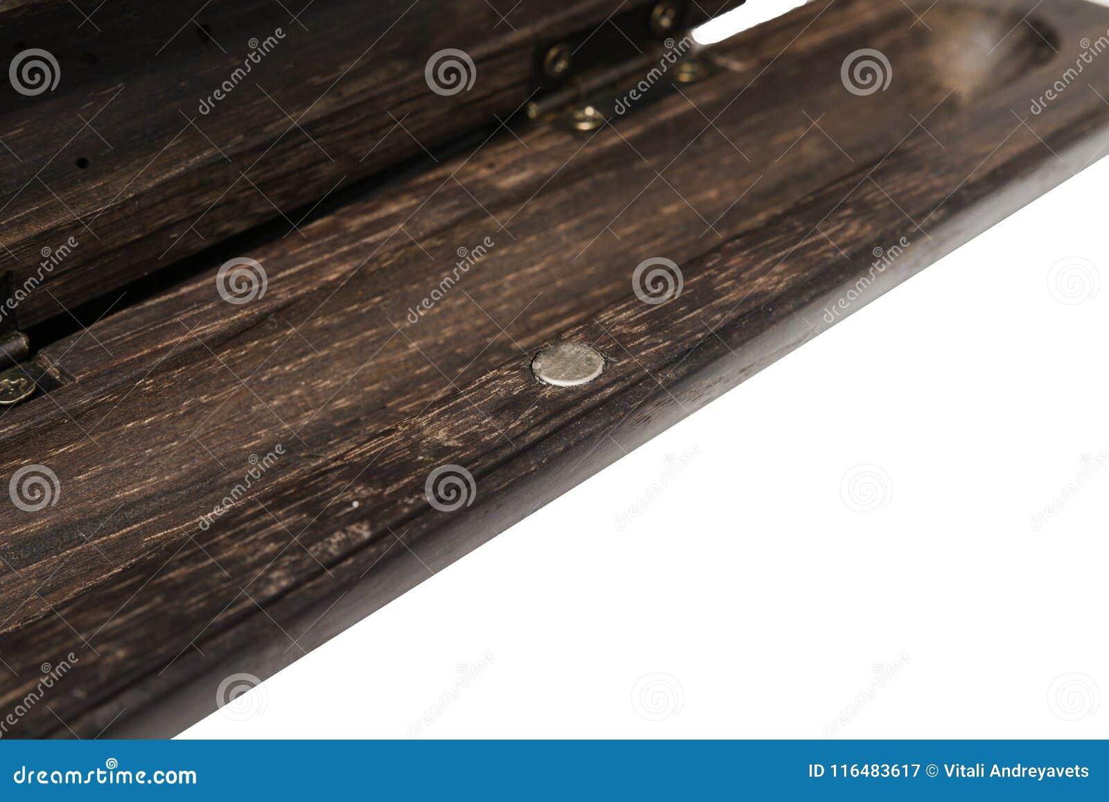 Uma caixa de lápis para uma pena de esferográfica feita do carvalho velho em um fundo branco