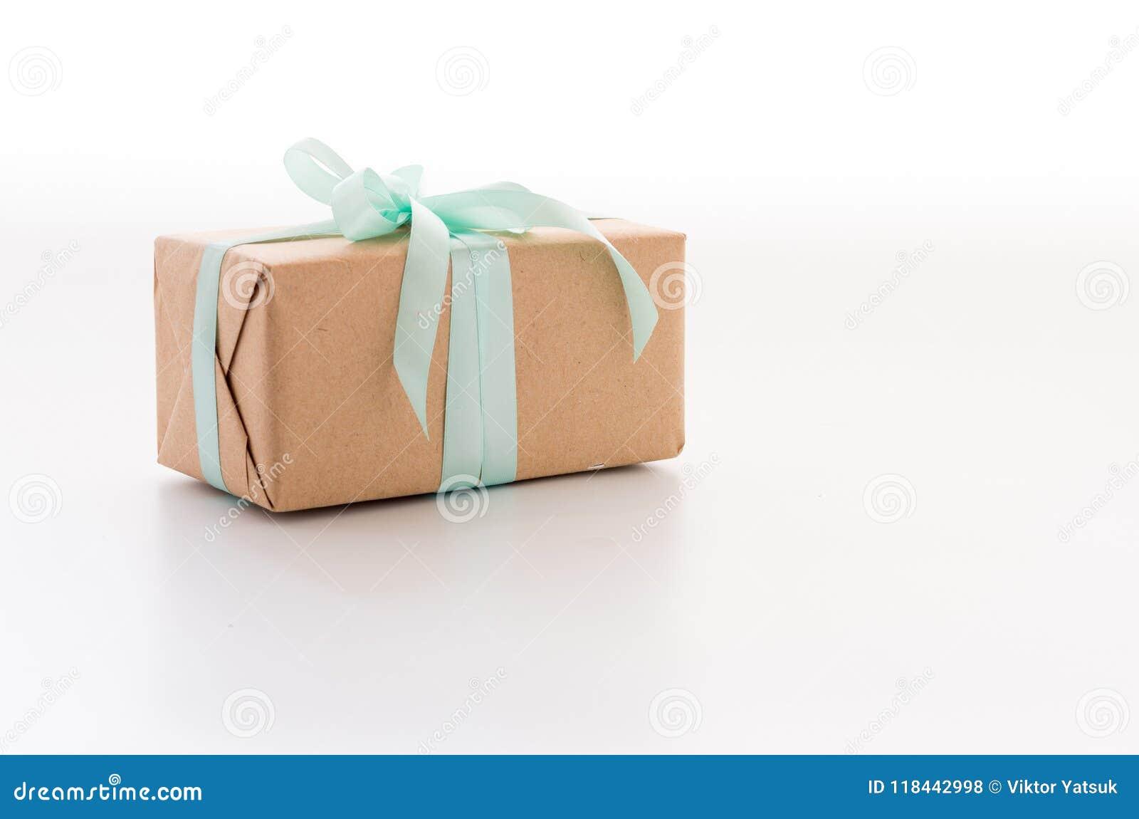Uma caixa do ofício para um presente Uma caixa com um presente