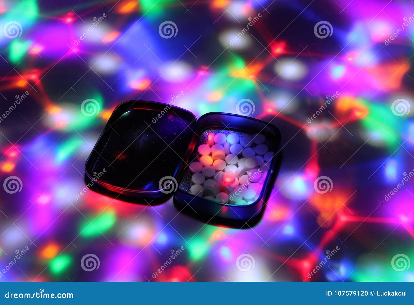 Uma caixa encheu-se com a êxtase sob luzes do disco
