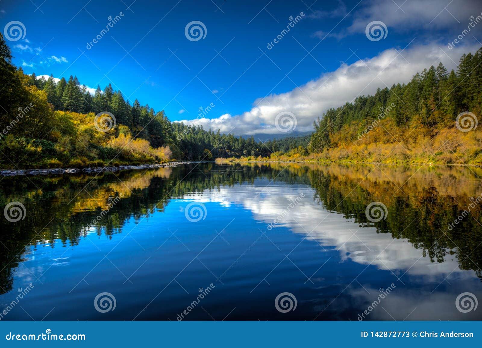 Uma calma calma entre a corredeira de agitação da água branca dá-nos um momento para respirar o ar puro e para apreciar o outubro