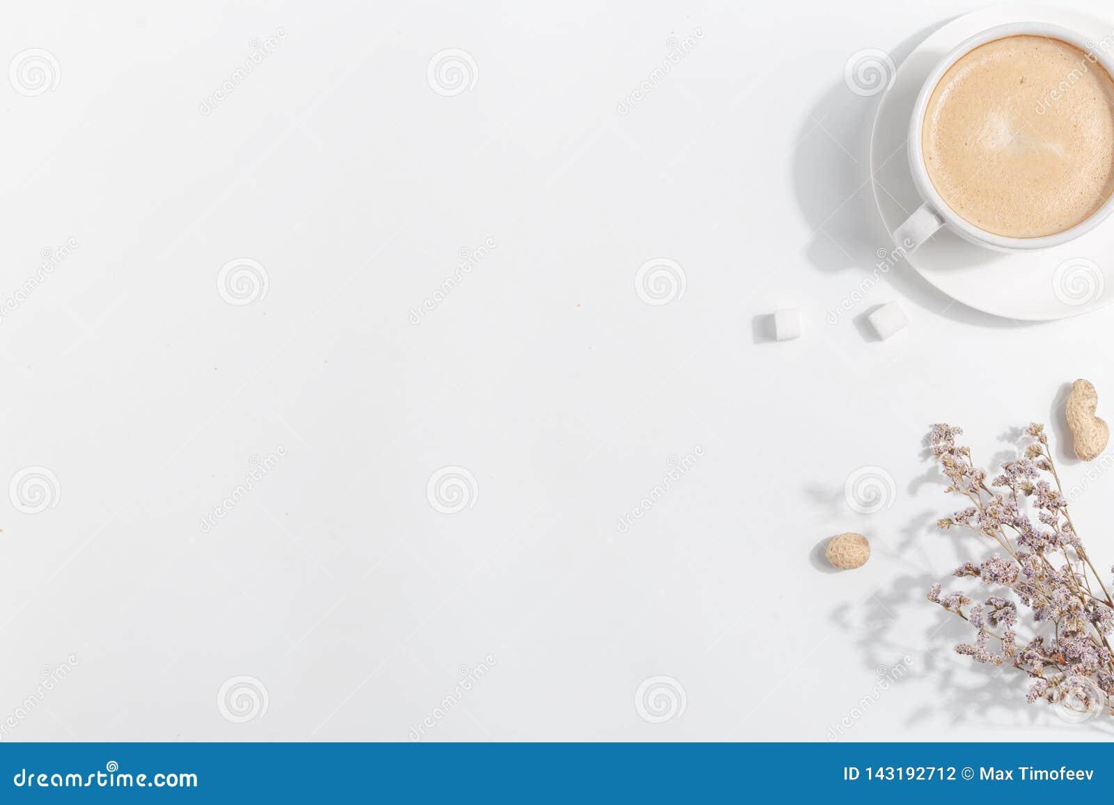 Uma x?cara de caf? com leite em um fundo claro Vista superior Copie o espa?o