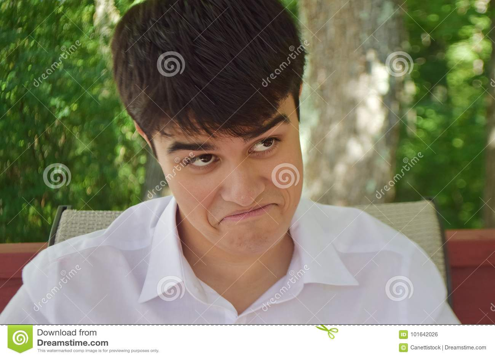 Uma cara engraçada de um adolescente bonito