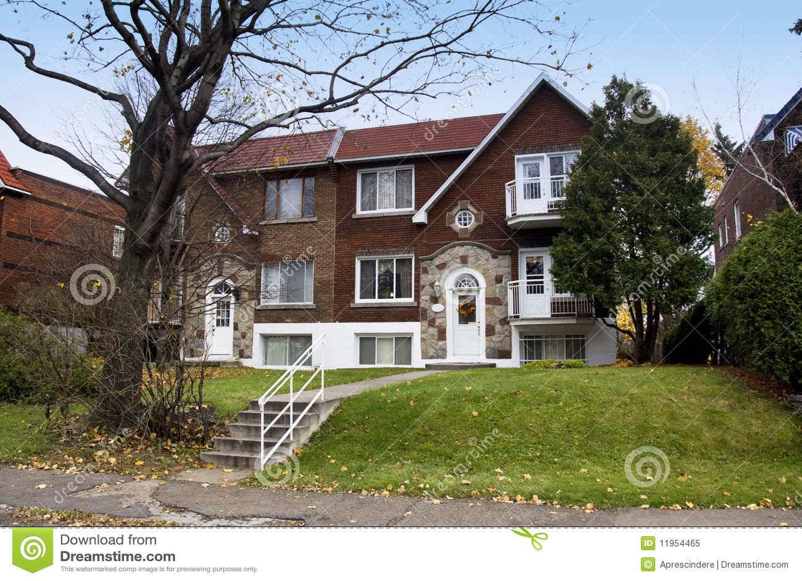 Uma Casa Canadense Foto de Stock Royalty Free Imagem: 11954465 #2964A2 1300x960 Banheiro Canadense