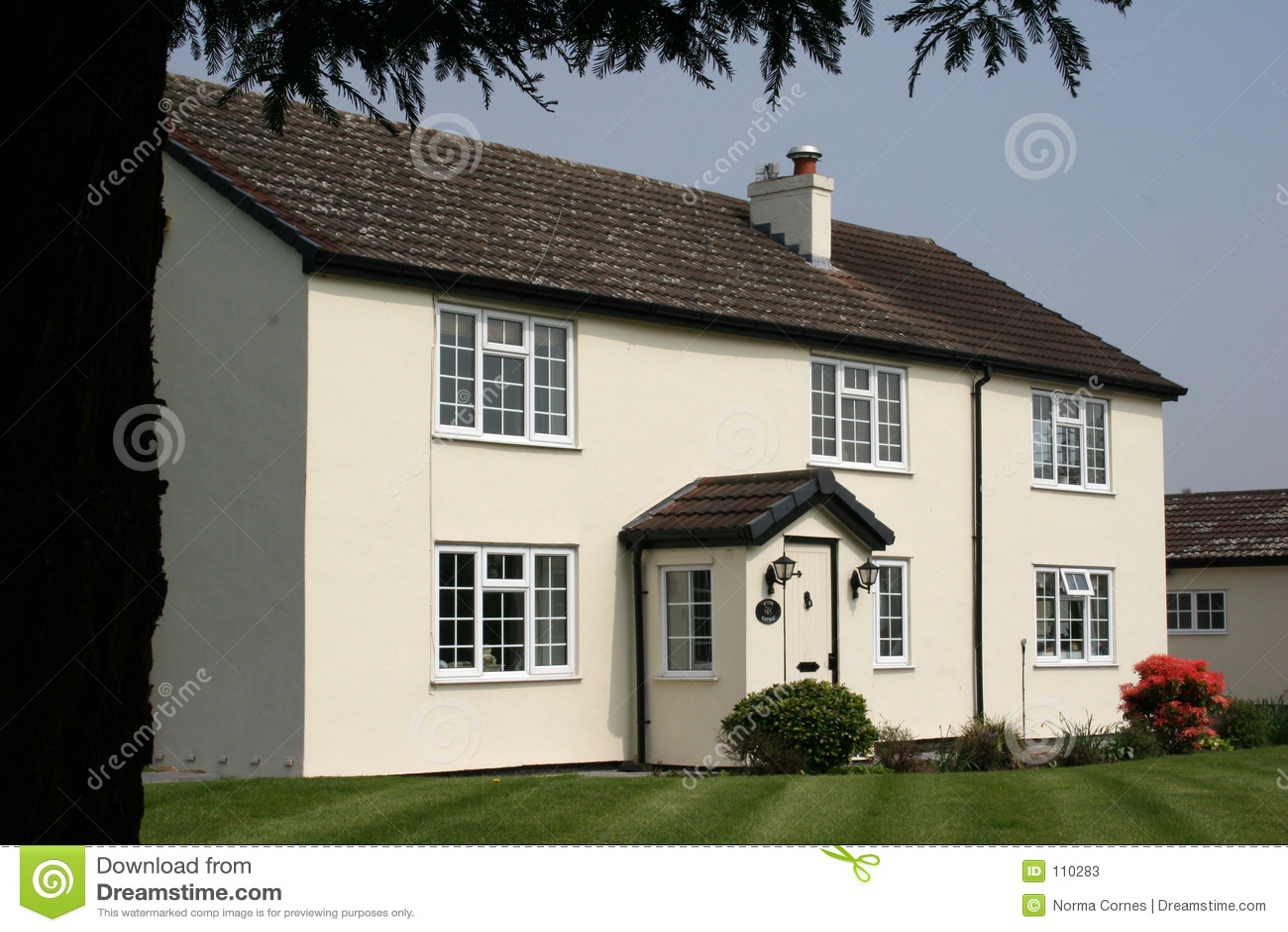 Uma casa de campo branca