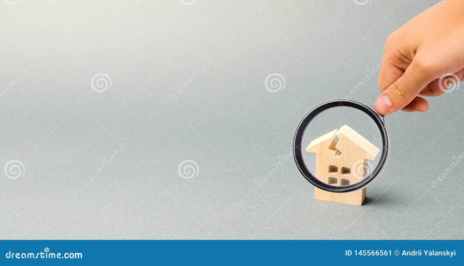 Uma casa de madeira com uma quebra O conceito de uma casa danificada, abrigo dilapidado Reparo da casa ap?s o desastre Renova??o,