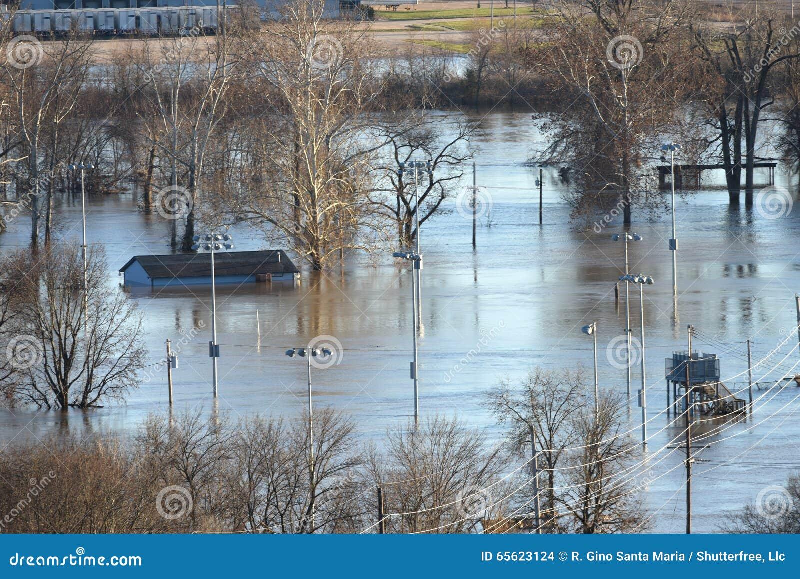 Uma casa está sob a água após a inundação no parque do vale, Missouri
