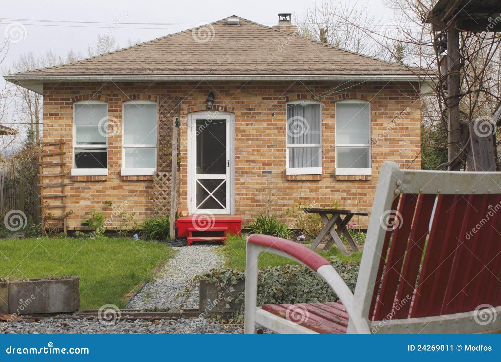Uma casa pequena do tijolo vermelho imagem de stock - Casas pequenas ...