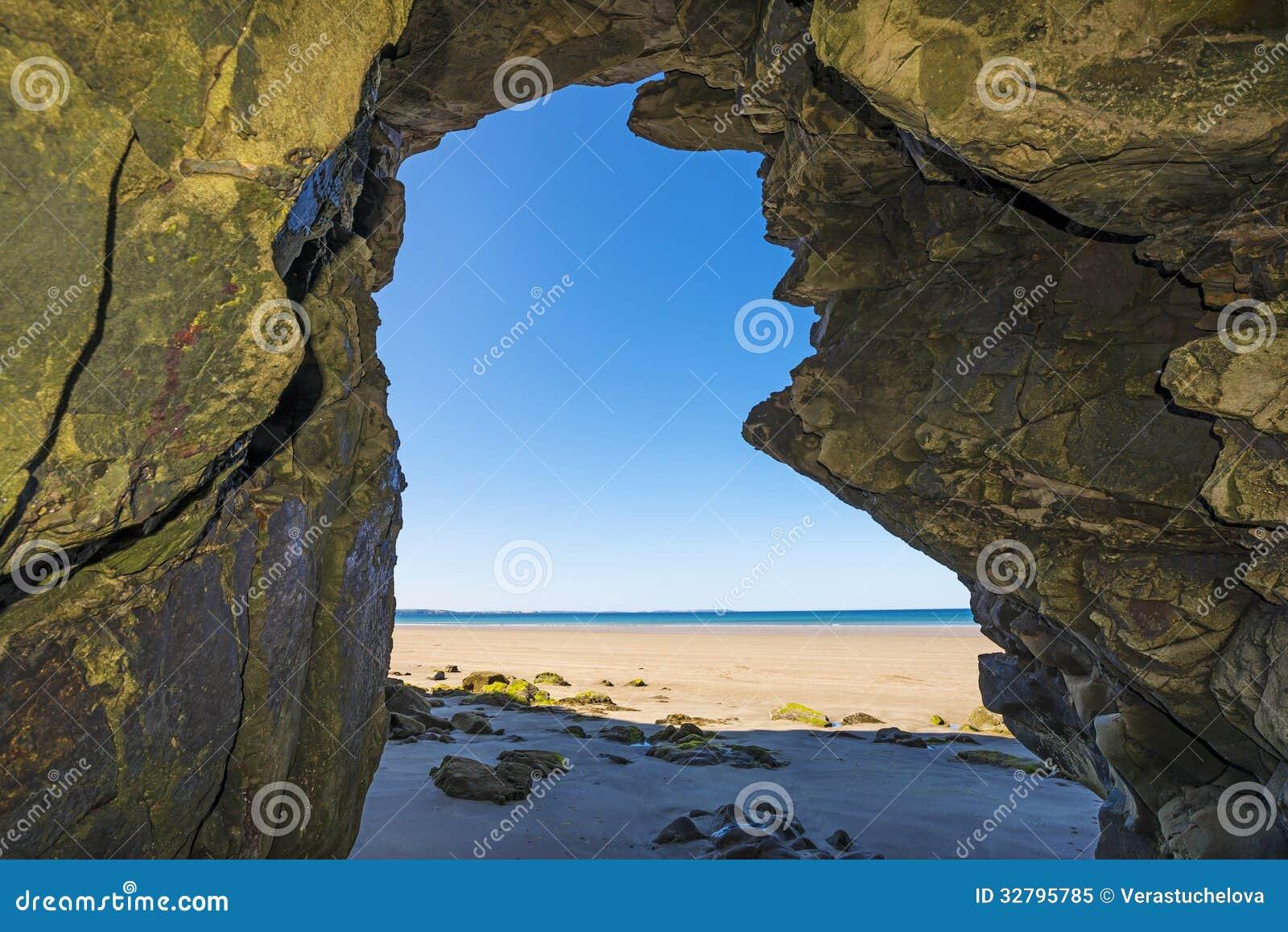 Uma caverna em uma praia