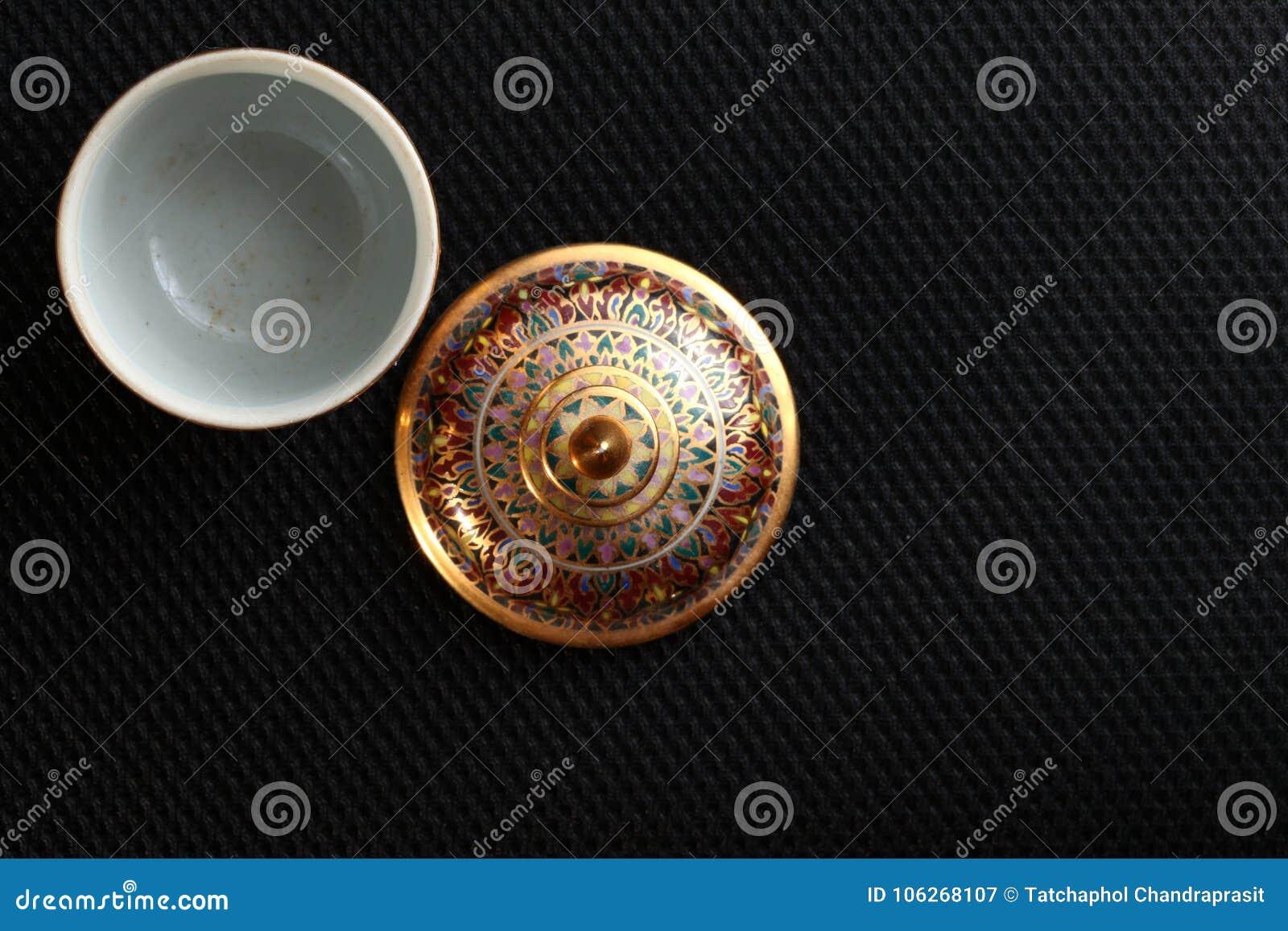 Uma cena famosa cinco-colorida tailandesa tradicional da porcelana