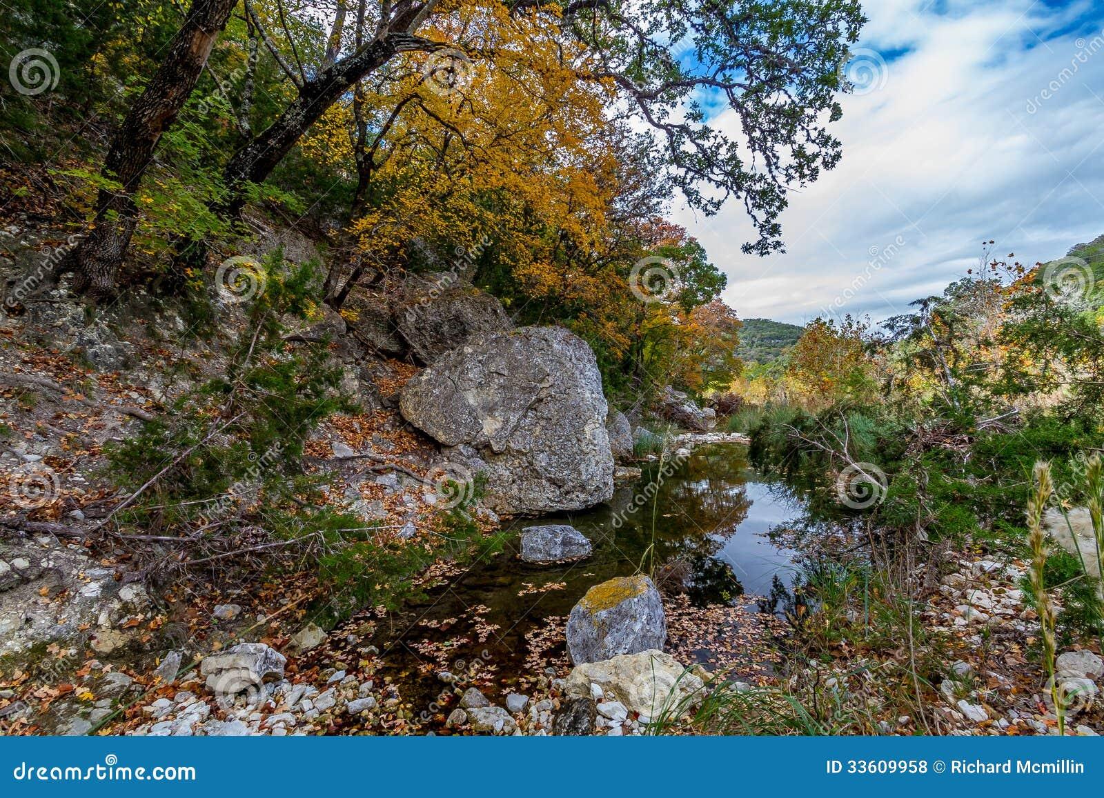 Uma cena pitoresca com folhagem de outono bonita em um ribeiro balbuciante tranquilo em parque estadual perdido dos bordos em Texa