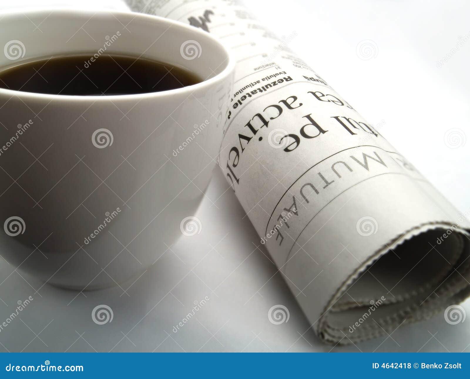 Uma chávena de café e um jornal