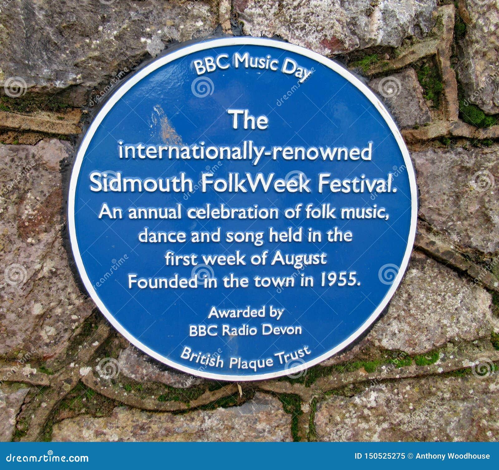 Uma chapa comemorativa azul sobre a semana popular anual realizada em Sidmouth durante a primeira semana em agosto todos os anos