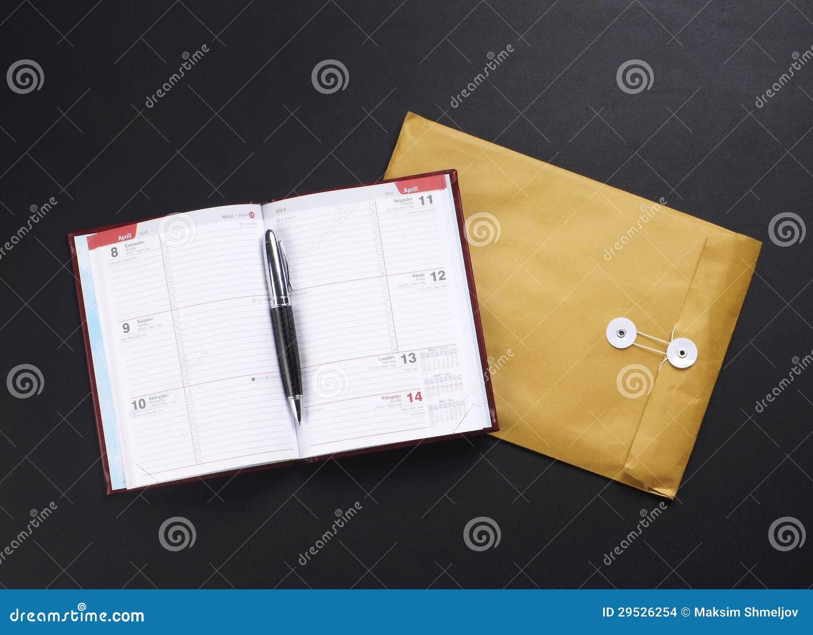 Uma composição de um envelope e de um caderno aberto