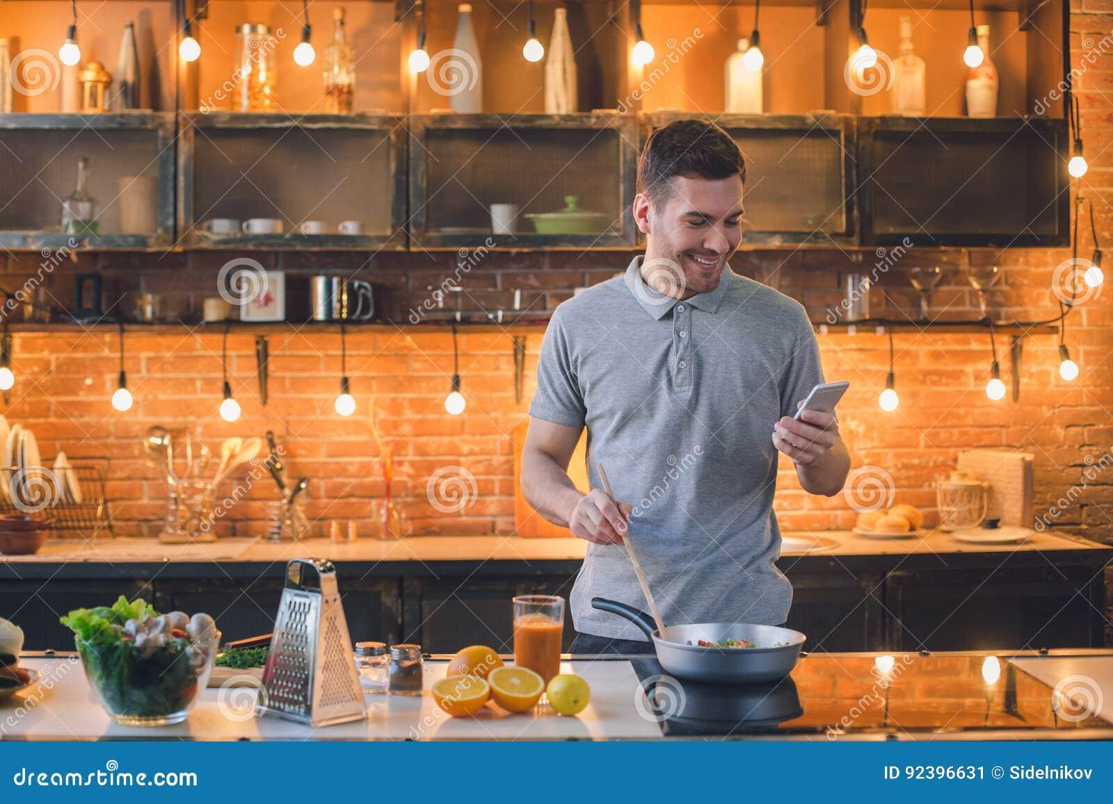 Uma comunicação do telefone da preparação da refeição do vegetariano do homem novo