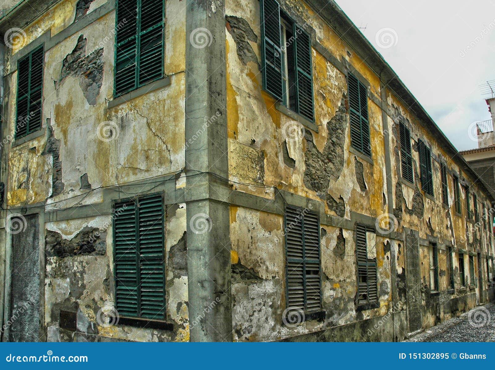 Uma construção abandonada velha que desintegra-se