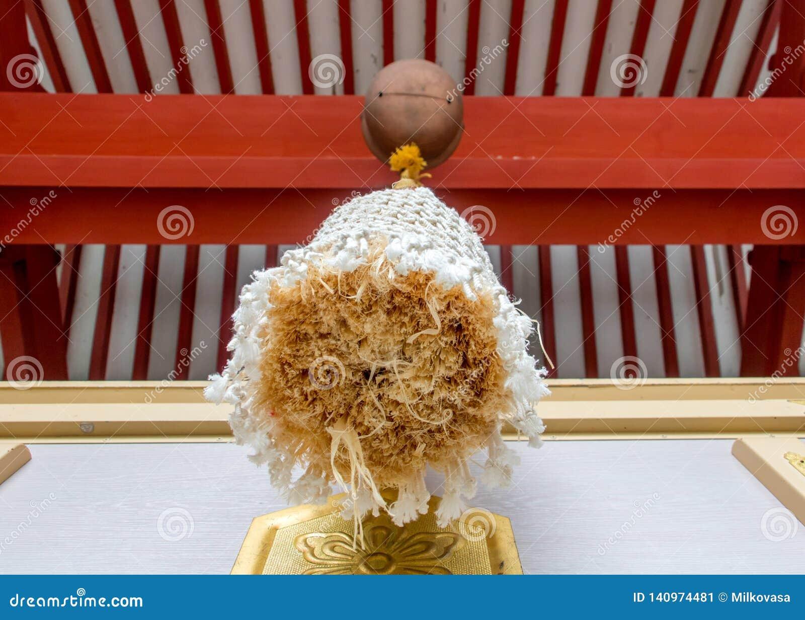 Uma corda decorativa pendura de um sino
