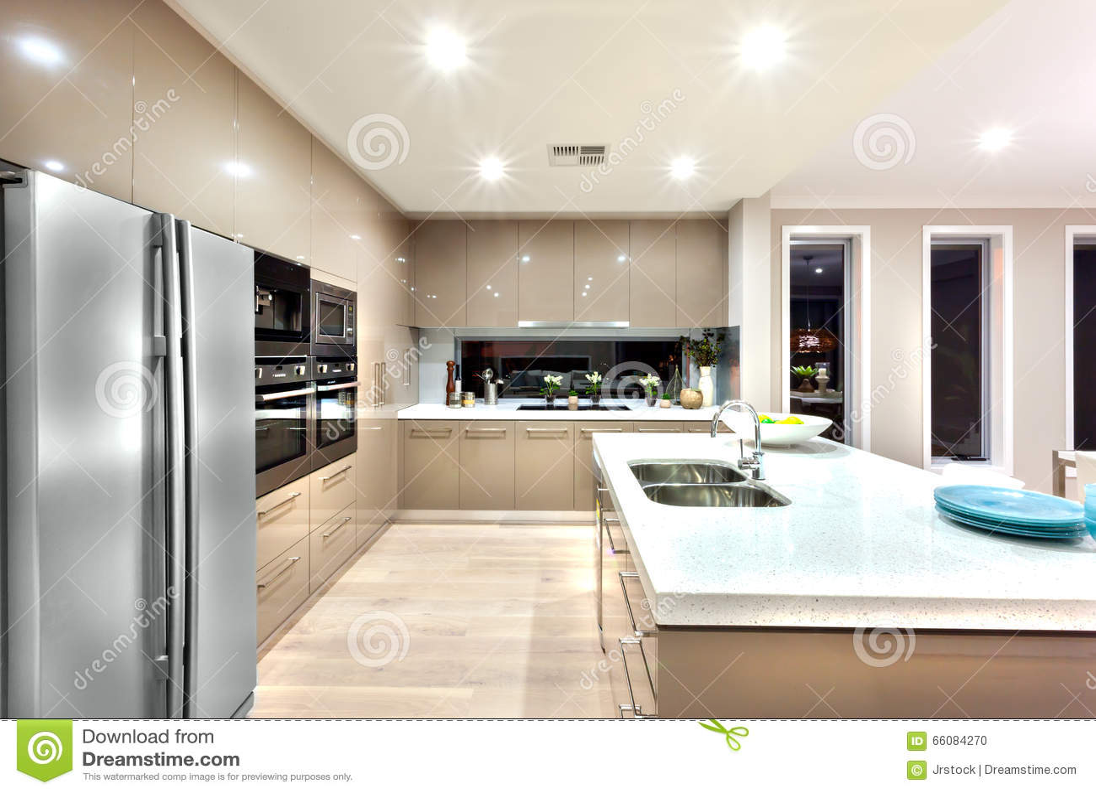 Uma Cozinha Moderna Com Refrigerador E Fixada Parede Com Ca Foto