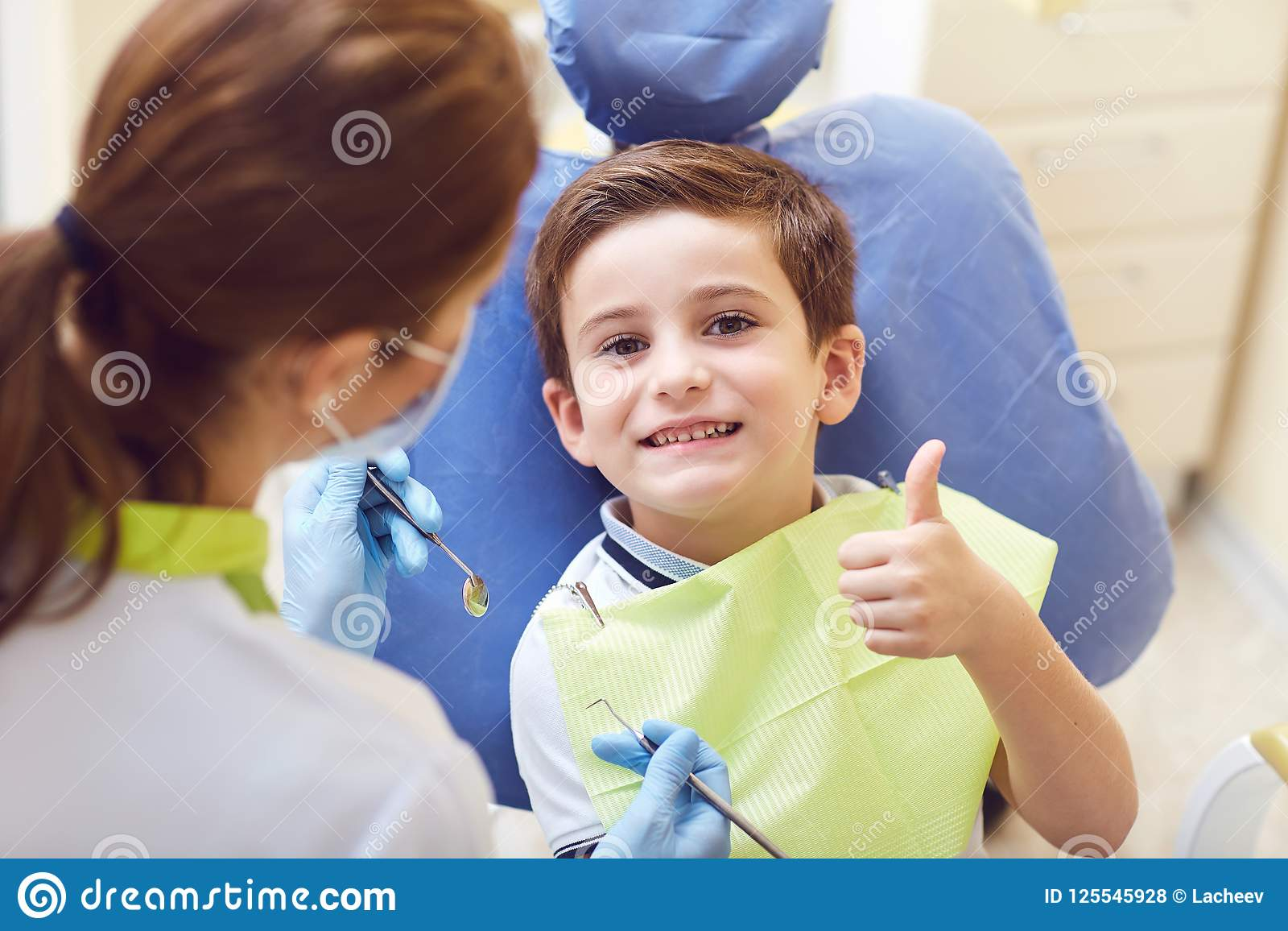Uma criança com um dentista em um escritório dental