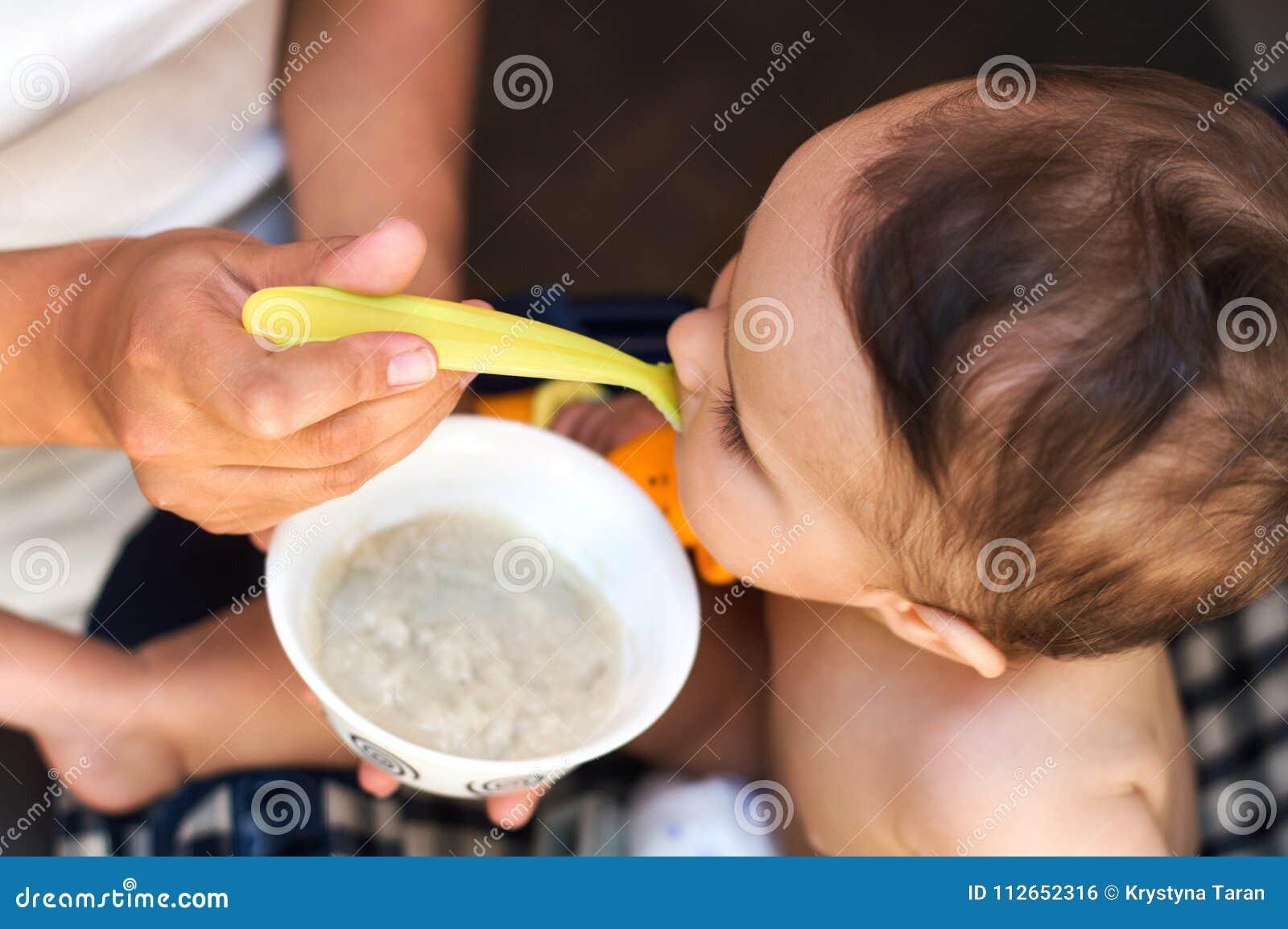 Uma criança come uma fórmula de bebê