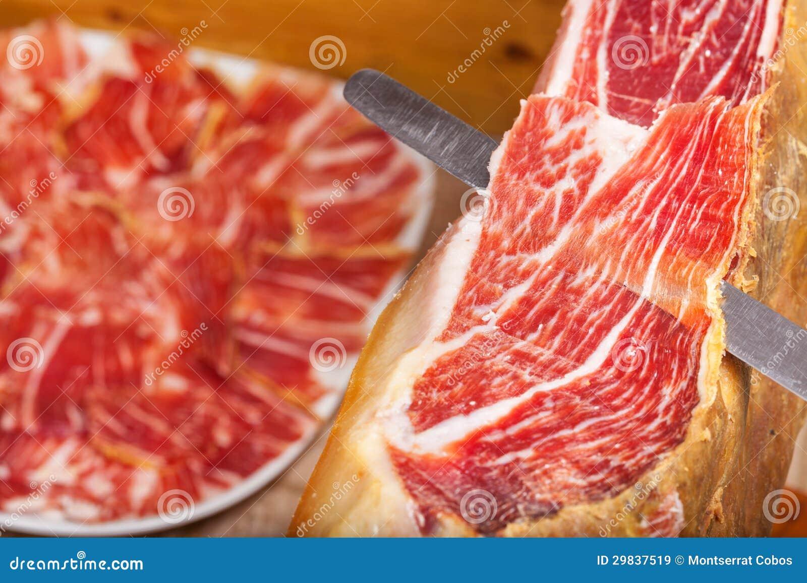 Cortando o iberico espanhol do jamon