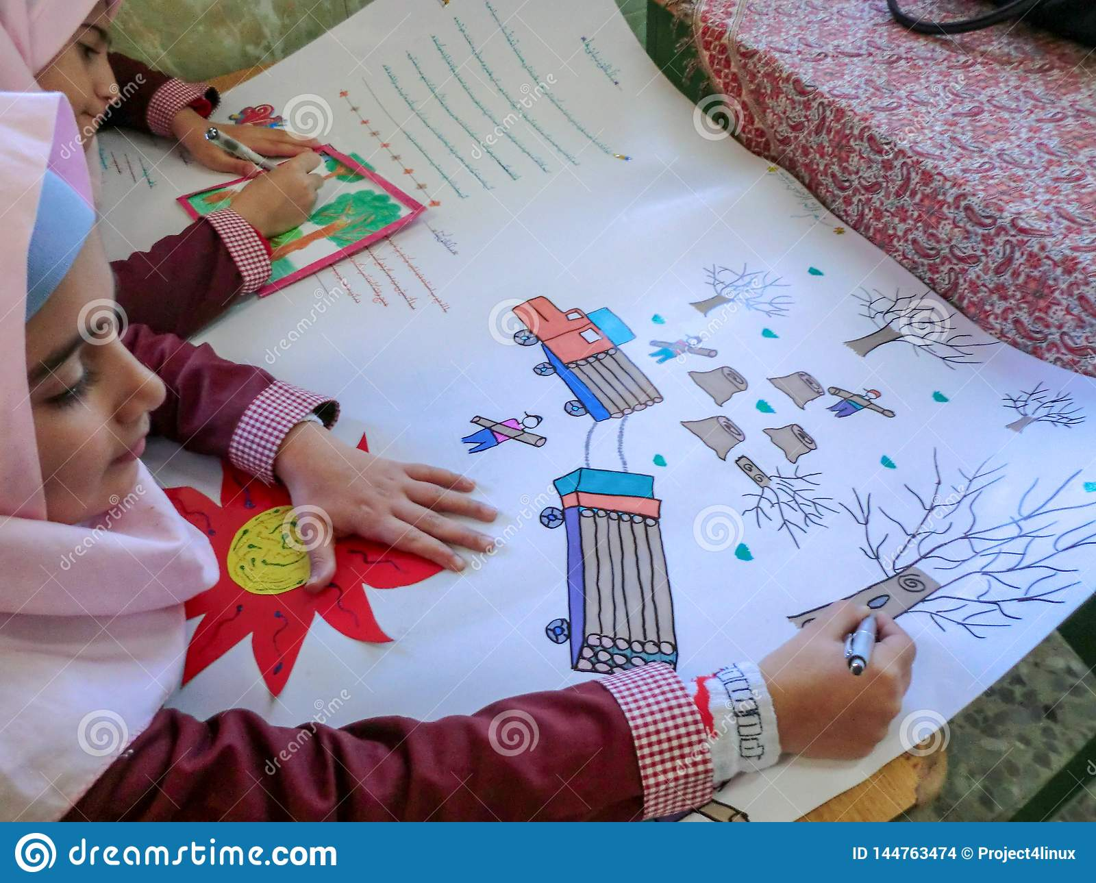 Uma das meninas da escola primária em Rasht, província de Guilan, Irã Uma escola islâmica onde as meninas devam vestir scarve