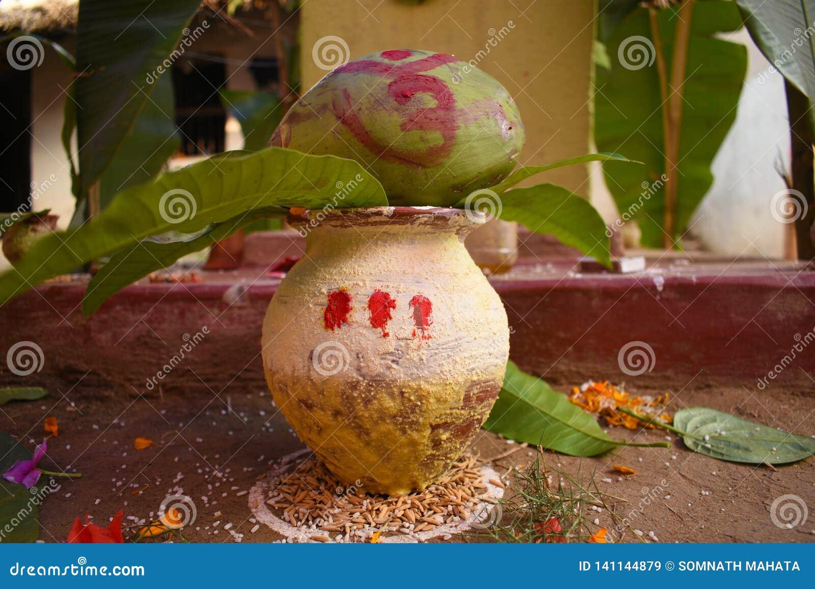 Uma embarcação sagrado com as folhas da manga e o coco verde usados geralmente na cerimônia de união ou para adorar na Índia